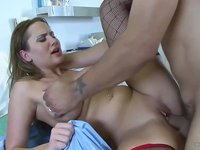 Big titted take charge of apropos a perfectly shaved pussy, Alanah Rae had wild sex apropos a patient